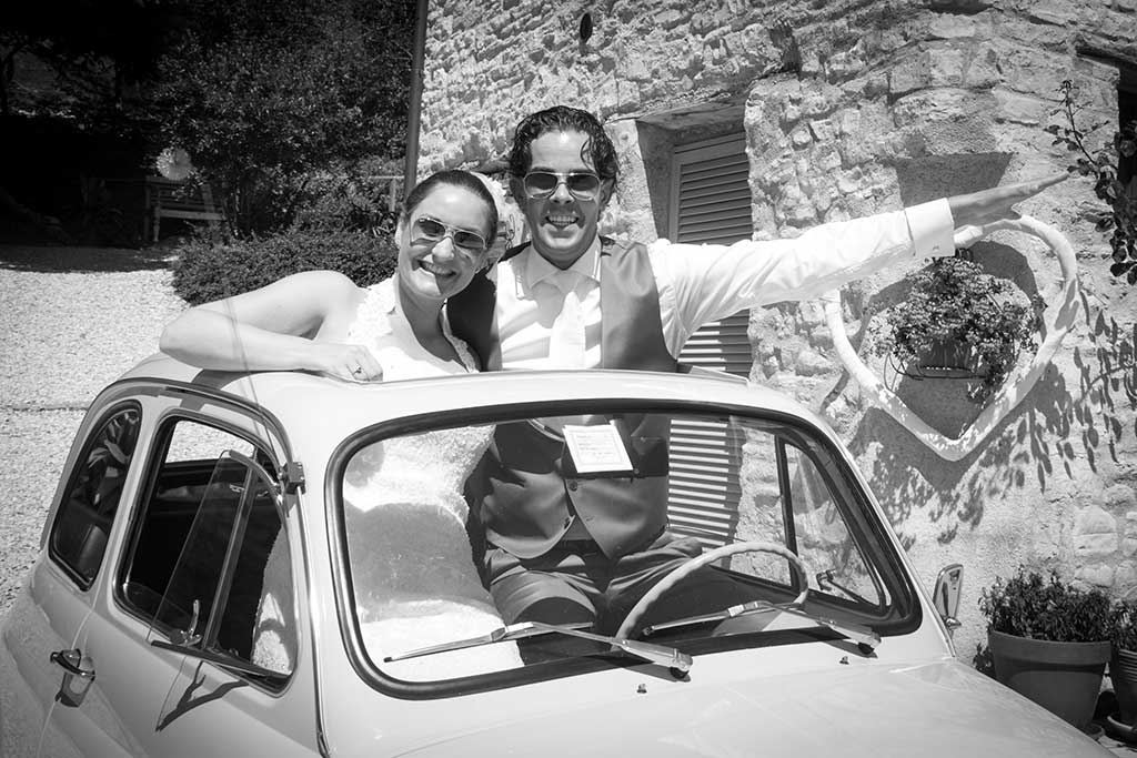 wedding couple in a fiat 500
