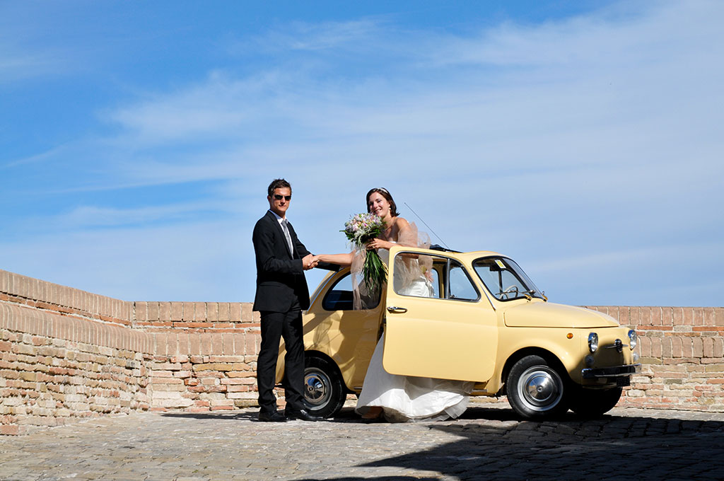 wedding couple in a yellow fiat500 in italy